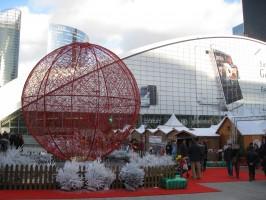 Sphère rouge marché de Noël, La Défense