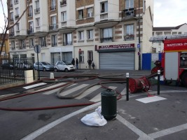 Les pompiers se branchent devant Etap Couture